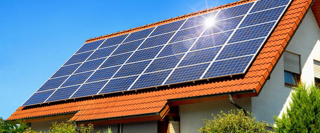 Taubenabwehr bei einer Solaranlage auf einem Hausdach in Stuttgart